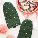 Holiday Gift Idea \\ DIY Pom Pom Oven Mitts To Give To Foodie Friends